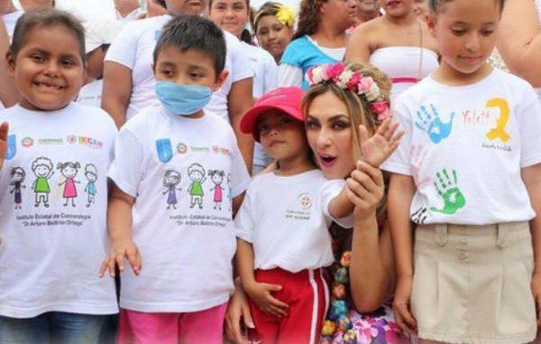 Aracely Arámbula con los niños del evento