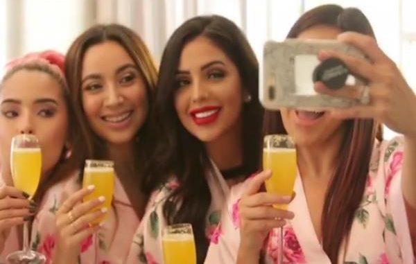 Jackie Hernández también aparece en el comercial