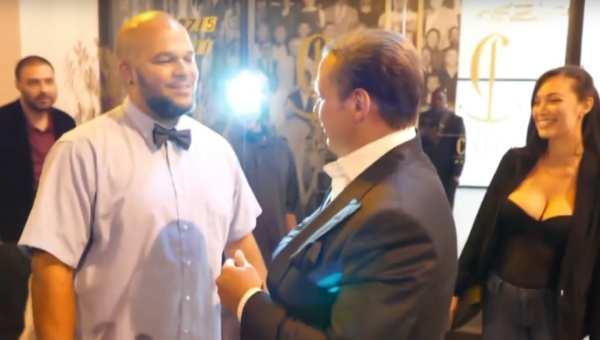Luis Miguel muy relajado bromea con periodistas