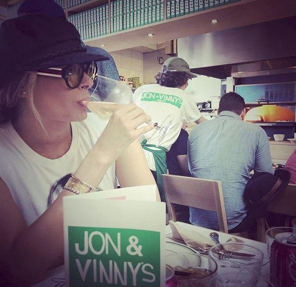 Vacaciones – Galilea Montijo en Jon&Vinny's Restaurante