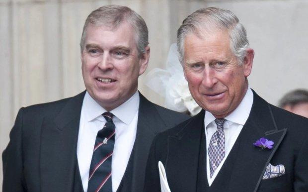 """Príncipe Charles furioso con su hermano Andrew por """"amenazar a la corona"""""""