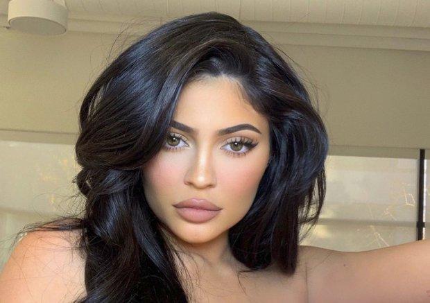 A Kylie Jenner le extraen las muelas del juicio