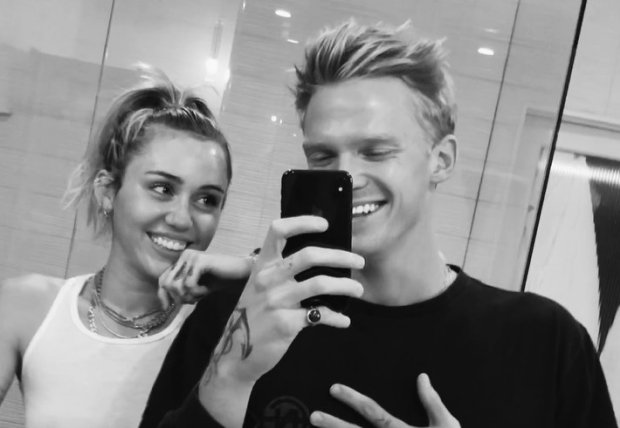 "Miley Cyrus decide ""flashear"" a su novio Cody Simpson para que cante mejor"