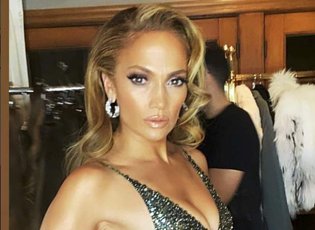 Jennifer Lopez celebra de manera seductora su primera línea de zapatos