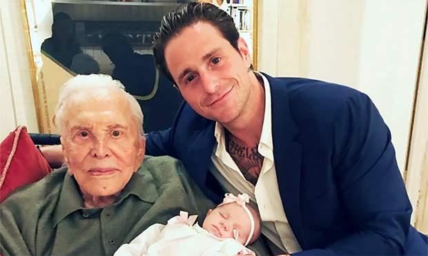 Cameron Douglas sigue abatido por la muerte de su abuelo Kirk Douglas