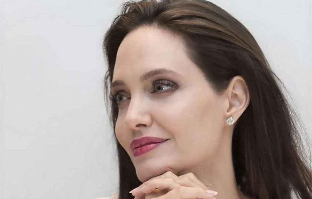 Angelina Jolie posee una excéntrica colección de armas