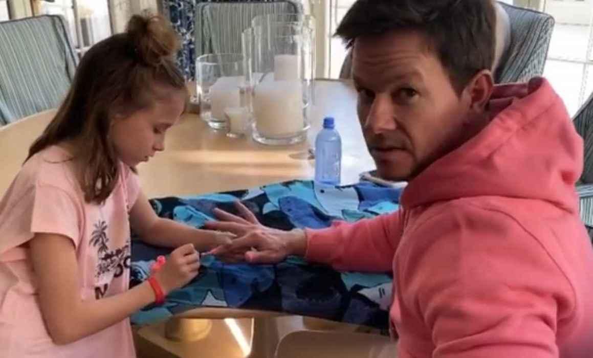 Hija de Mark Wahlberg mima al actor con manicura y maquillaje