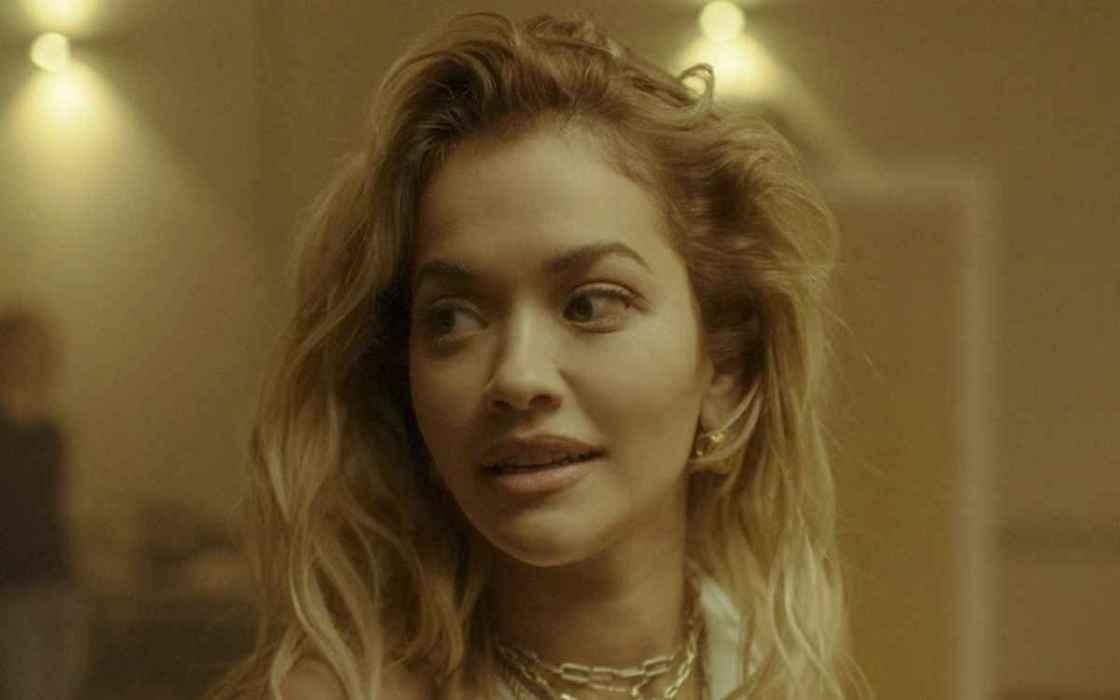 Rita Ora desata risas y burlas tras golpearse en video en vivo