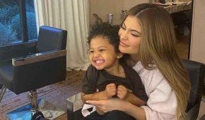 Kylie Jenner siente miedo que su hija sea víctima de racismo