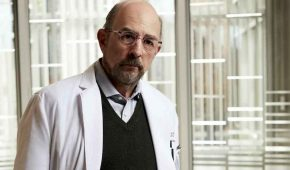 """Richard Schiff hospitalizado por Covid-19 muestra """"alguna mejora todos los días"""""""