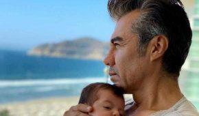 Adrián Uribe aparece con su bebé en la playa tras la muerte de su padre