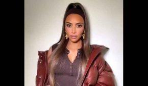 """Kim Kardashian acusada de """"blackfishing"""" por un bronceado desigual"""